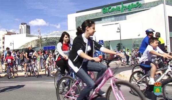La localidad de la provincia de Almería lo celebra con cientos de bicis en las calles