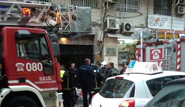 Rescatan a una mujer de 78 años atrapada en el incendio de su vivienda en Almería