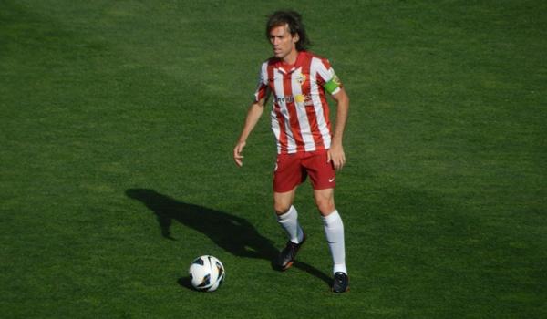 La UD Almería y su capitán camino de Primera División