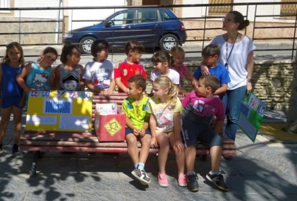 Estudiantes de Primaria de Carboneras durante el reparto de libros