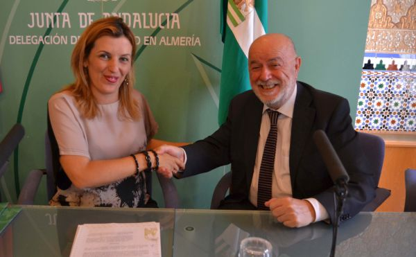 Firma convenio Junta y UAL practicas alumnos Trabajo Social