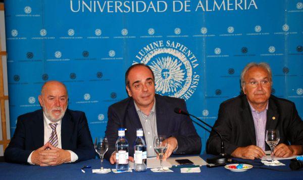 Triguero acompañado por el rector y Alfredo Mtnez Almecija