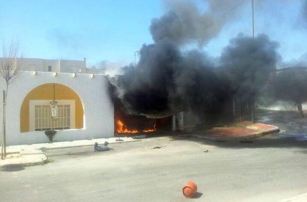 Desalojados una mujer y un niño por un incendio en el garaje de una casa en Cabo de Gata