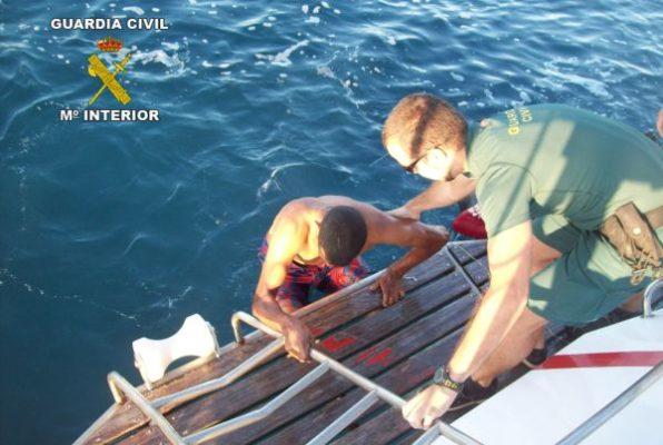 Dos polizones saltan al agua junto al puerto de Almería