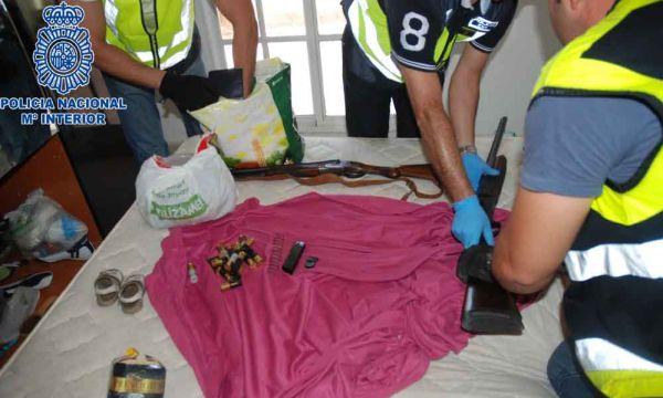 Armas, munición y droga en los tres registros efectuados por la Policía Nacional