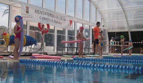 La piscina municipal de v car se llena de ni os y mayores for Piscina municipal almeria
