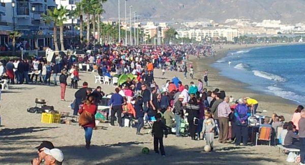 Cientos de barbacoas asan pescado y carne en la playa de for Gimnasio 360 roquetas de mar