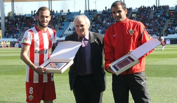Aleix Vidal y Verza con su placa de 100 partidos
