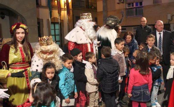 Los niños salieron a recibir a los Reyes Magos a su llegada a Adra
