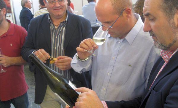 José Manuel Ortiz, observa una botella de vino de una bodega que participó en la última edición de la feria Andalucía Sabor, en Sevilla.