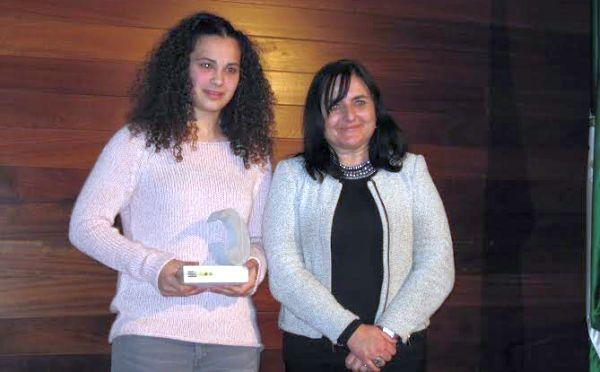 La joven judoka Candela Fernández y la coordinadora del IAM