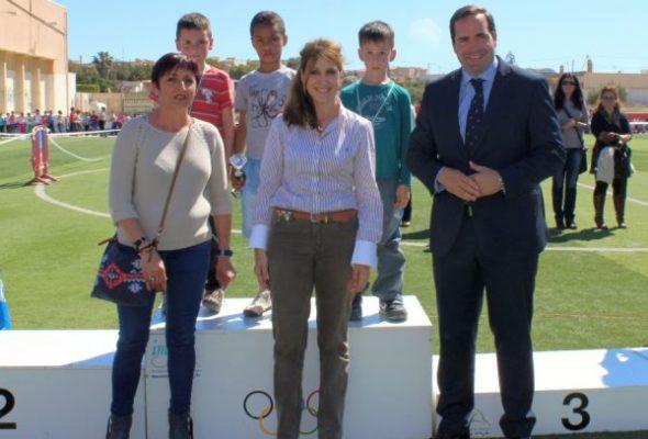 En el centro, la concejala de Servicios Sociales, Julia Ibáñez, en una de las actividades deportivas organizadas