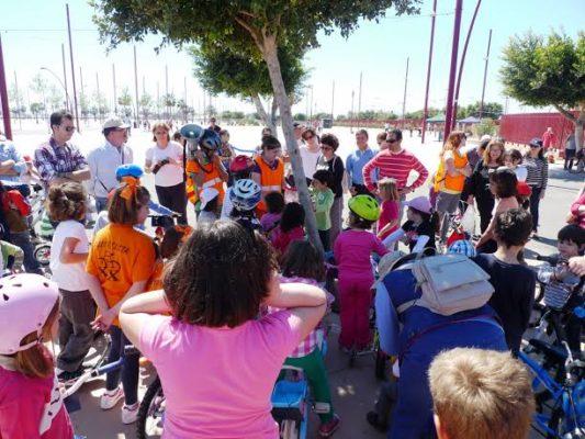 Decenas de niños y niñas han aprendido a montar en bici en una nueva edición de la Biciescuela