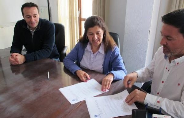 Firma de convenio sobre reciclaje de aceite en Mojacar