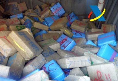 Fardos de droga intervenidos en la proa del buque 'Aseel'