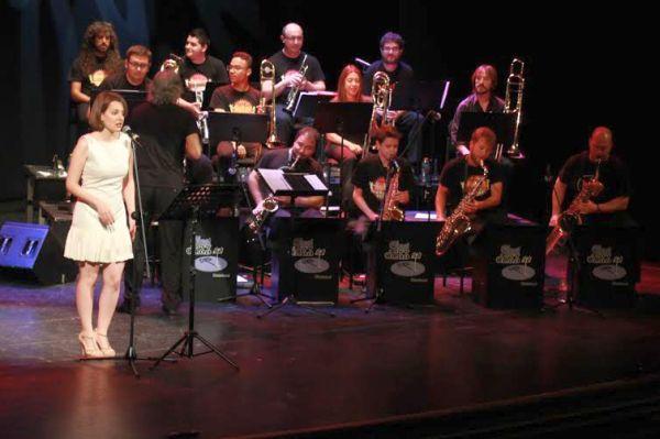 La voz de Sara Marcos acompañó a la Clasijazz Big Band en su concierto en el Maestro Padilla