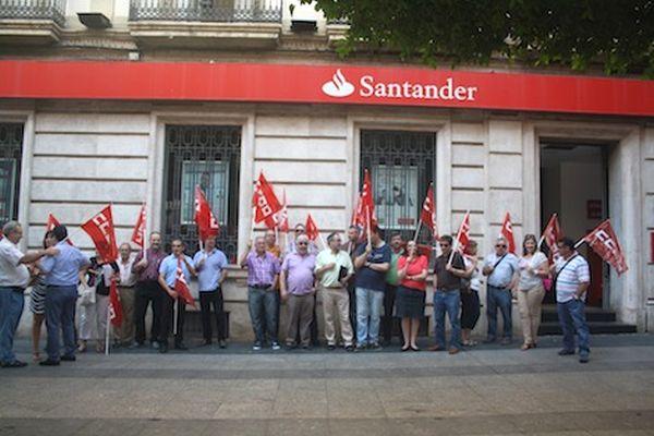 Ccoo protesta frente al banco de santander en almer a para for Sucursales santander cordoba