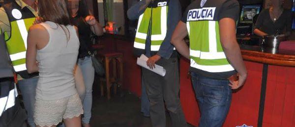 Registro policial en uno de los clubes de alterne de El Ejido