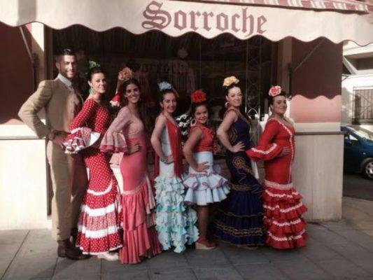 Modelos de Sorroche posan en la puerta del negocio, en la Avda. de Vilches
