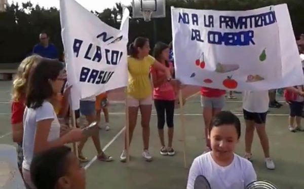 Padres y madres de alumnos de siete colegios de Almería mantienen su lucha contra la privatización de los comedores