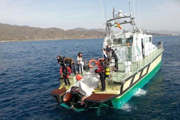 Barco de la Junta en una zona de praderas de posidonia del litoral almeriense.
