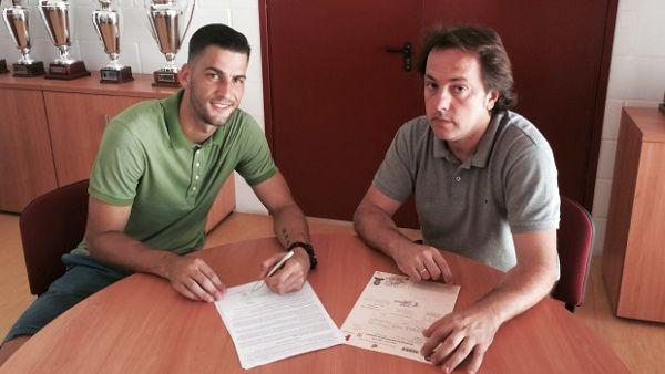 Edgar firma el contrato (foto web UDA)