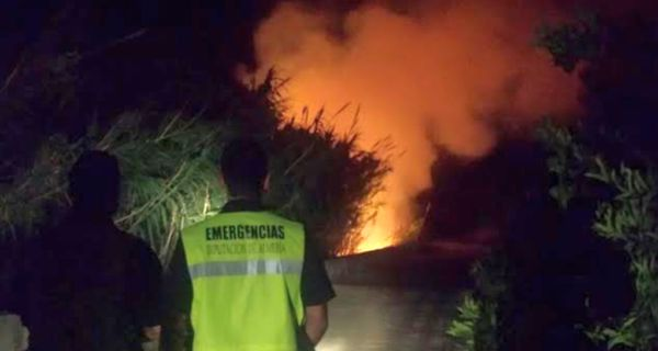 Voluntarios de Protección Civil intervienen en el incendio registrado en Enix