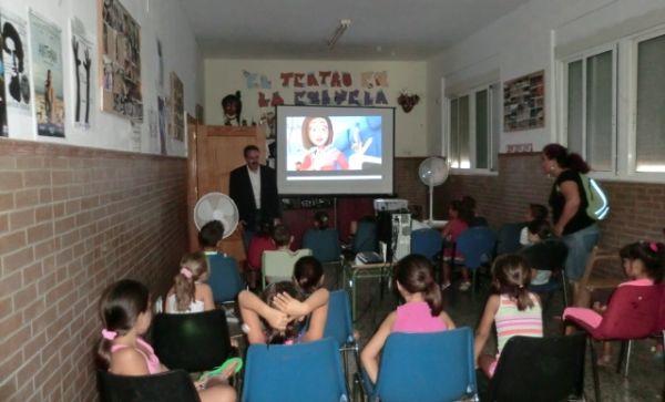 El delegado de Salud visita la escuela de verano de La Chanca, en Almería capital