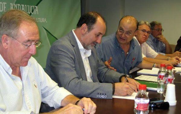 José Manuel Ortiz habla con José Antonio Martínez Soler, hasta ahora presidente de la junta rectora del Parque Natural Cabo de Gata-Níjar