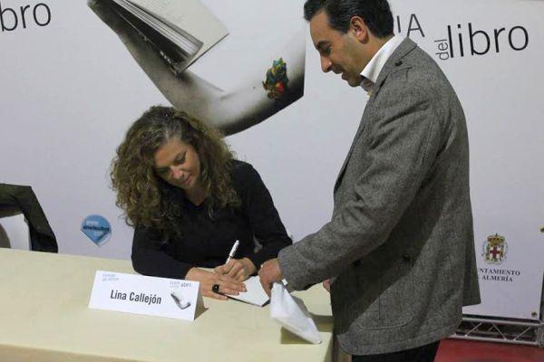 La almeriense Lina Callejón firma elemplares de su último libro