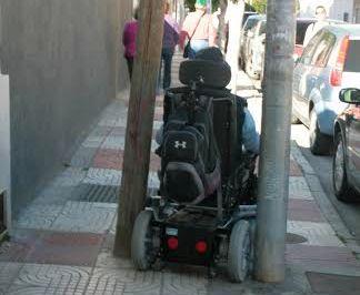 Uno de los numerosos obstáculos que presentan las calles de Roquetas