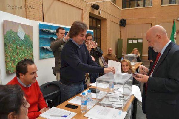 Pedro Molina, rector de la UAL, en el momento de la votación