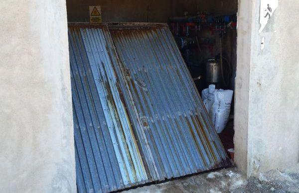 Puerta destrozada de uno de los cortijos agrícolas