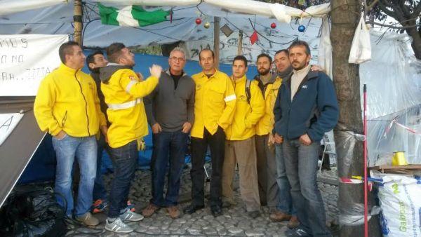 Trabajadores eventuales del Infoca acampan en las inmediaciones del Parlamento de Andalucía