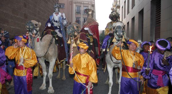 Melchor, Gaspar y Baltasar llegan en camello a la capital