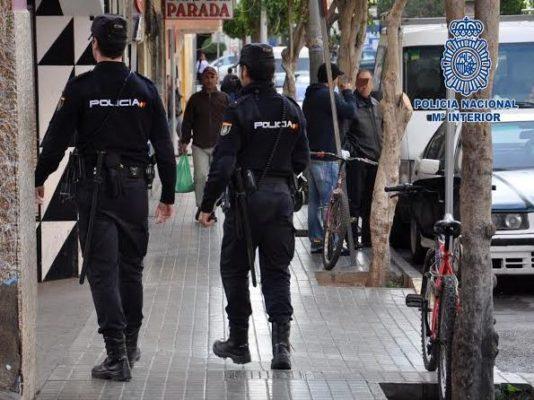 Roban en una tienda de ropa de Almería y agreden brutalmente a la dependienta