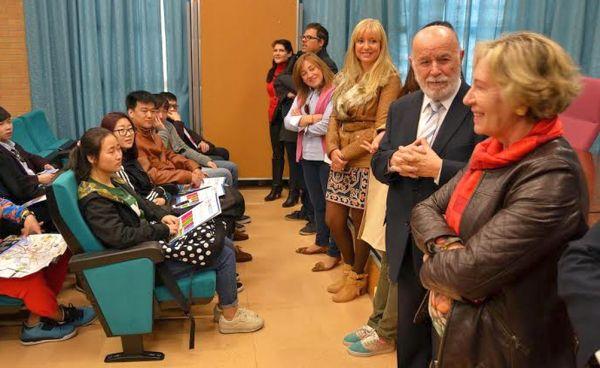Sagrario Salaberri y Pedro Molina reciben a los estudiantes en el campus