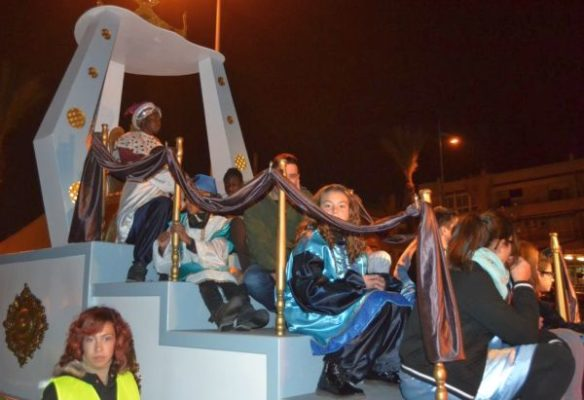 Baltasar comparte su carroza con niños y niñas  de Vícar