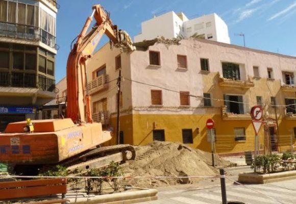En marcha la demolici n del segundo edificio de las casas for Inmobiliarias de almeria