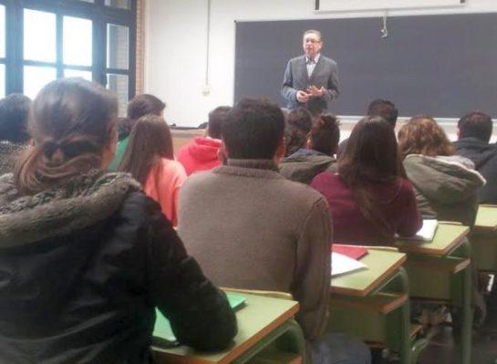 Javier de las Nieves con estudiantes
