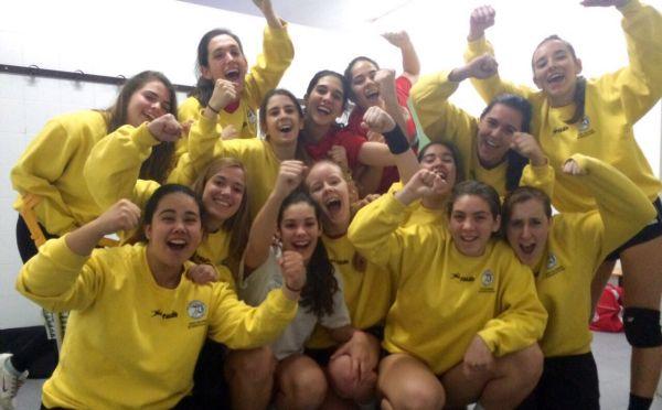 Las chicas del BM Roquetas celebrando la victoria