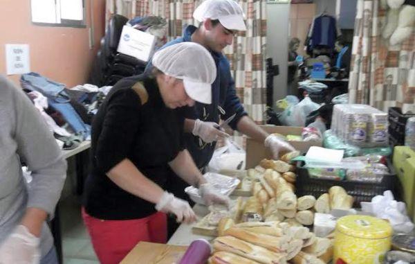 Voluntaris preparan bocadillos en la sede de ACSA