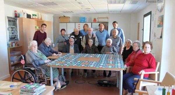 Residentes del centro de mayores del Zapillo, colaboradores del reto