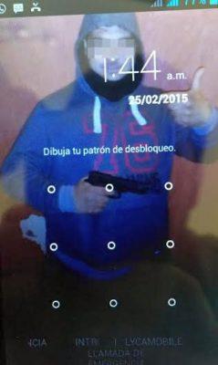 Selfi del asaltante en la pantalla de su teléfono