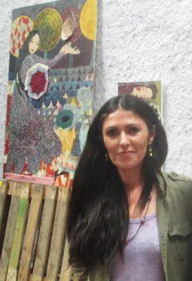 Alicia Jiménez con una de sus obras
