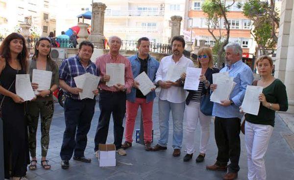 Representantes de los colectivos de la plataforma después de registrar las firmas en el INE