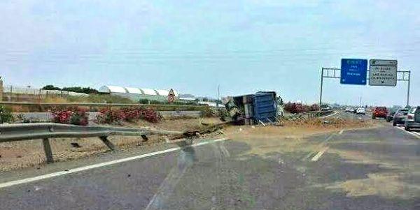 Conservación de Carreteras ha retirado la arena del lugar del accidentes antes de abrir la A-7 al tráfico