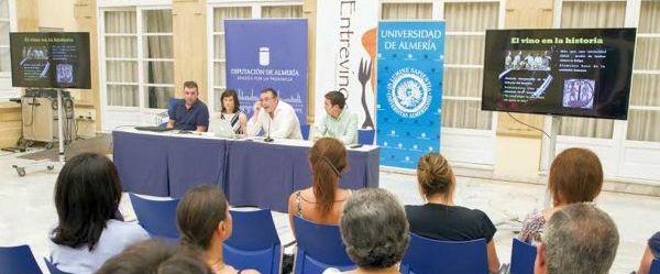 Los médicos Sonia Suárez y Francisco Bravo Castillo en el patio de luces de Diputación