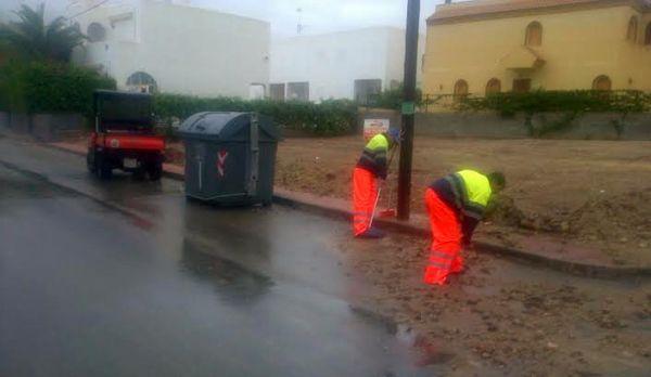 Operarios trabajan para retirar el lodo en Las Marinas