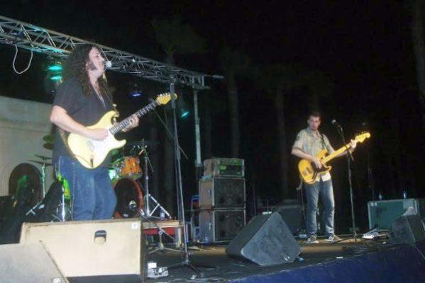 Santi Campillo sobre el escenario en la explanada del Faro de Roquetas de Mar